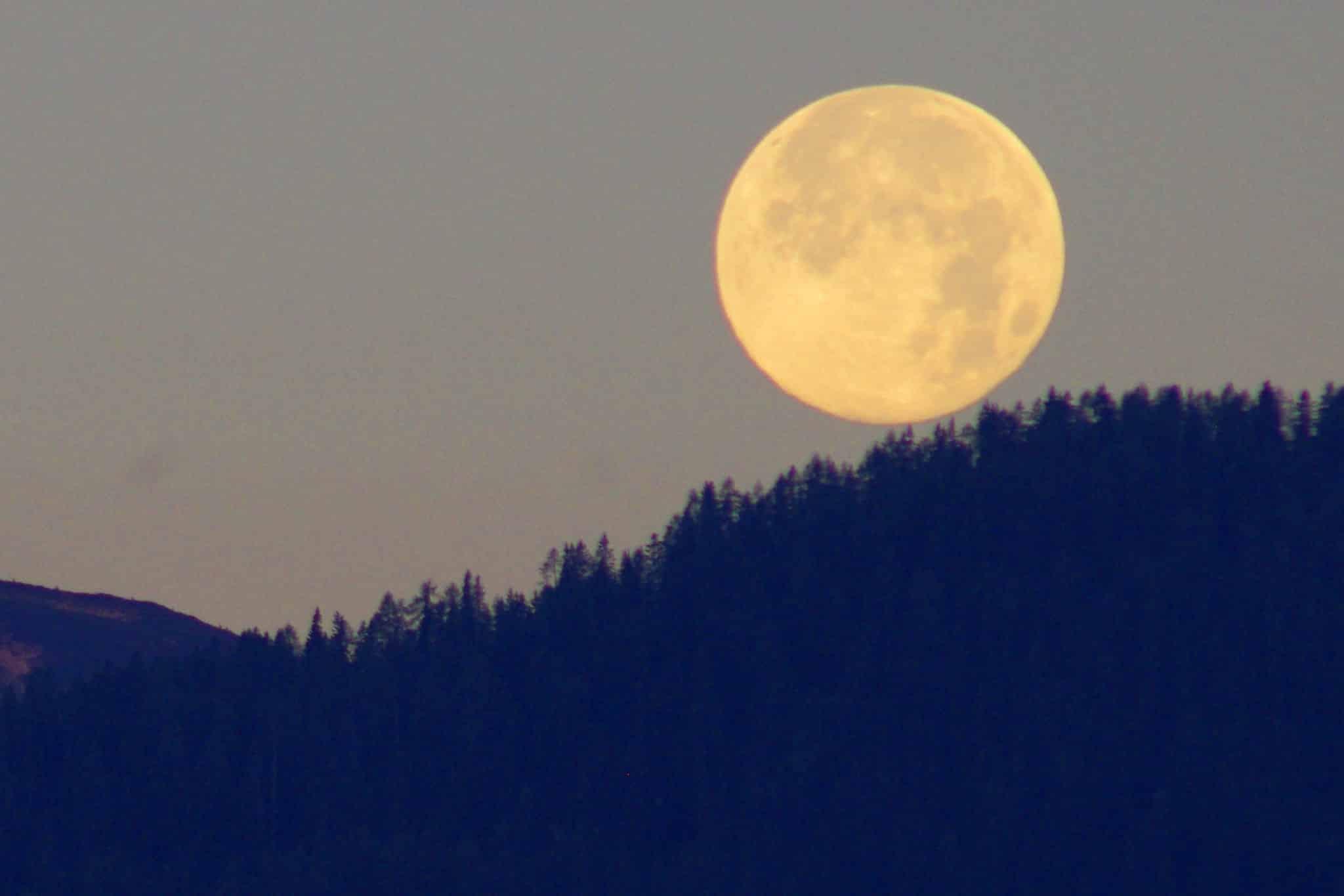 Mond am Morgen vor dem Schlafengehen - Blick von Sonnenalm Bad Mitterndorf Richtung Schladming