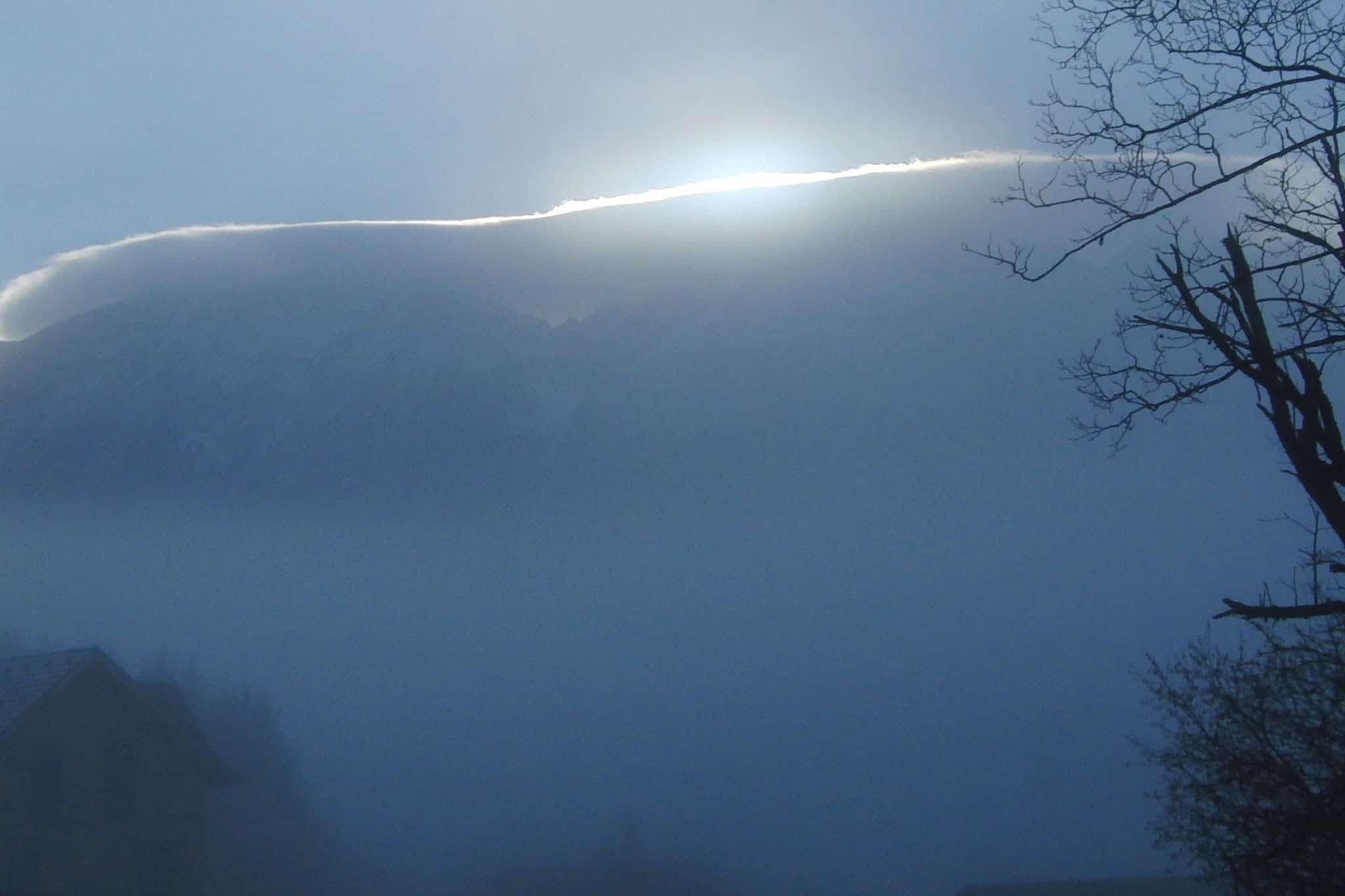 Noch versteckt sich die Sonne hinter dem Grimming und einer dicken Wolke - Blick von Sonnenalm Bad Mitterndorf